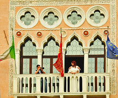 Une femme à sa fenêtre ! (Enjoy every moment on Earth) Tags: palais venise balcon italie