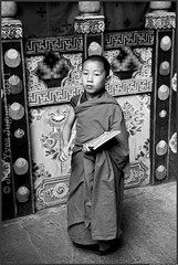 Moinillon au monastre de Paro (Bhoutan) - Young monk at the monastery of Paro (Bhutan) (Jean Yves Juguet ) Tags: light boy woman man children landscape temple dance asia child buddhist religion monk buddhism monastery monks dzong prayerflags paro bhutanese