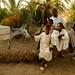 Criancas muculmanas trajadas tipicamente