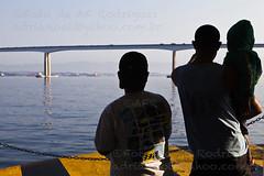 Travessias (AF Rodrigues) Tags: gua colo brasil riodejaneiro barca garoto pai homem filhos baiadeguanabara ponterioniteri travessia ilhadepaquet praaxv afrodrigues 080912