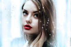 Calma (NROmil) Tags: red woman rio azul rouge mujer rojo eyes nieve lips labios mirada calma miedo belleza borrosa sensualidad blie