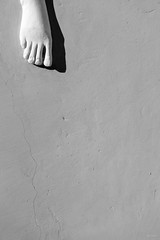 I_nostri_passi (Danilo Mazzanti) Tags: danilo danilomazzanti mazzanti wwwdanilomazzantiit fotografia foto fotografo photos photography statua minimal minimalismo villapallavicini piede biancoenero blackandwhite grigio