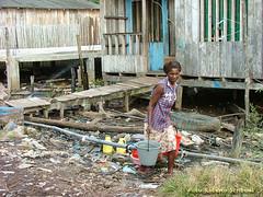 En busca de agua (Roberto Scriboni Photography) Tags: woman water donna trabajo mujer agua colombia finepix s5200 fujifilm job acqua povert lavoro pobreza desplazados tumaco afrocolombiana