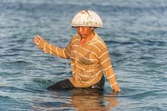 (Alain Bachellier) Tags: voyage bali mer seaweed indonesia island ile farmer indonesie tourisme algues nusalembongan collectingseaweed seafarmer algoculture fermealgue