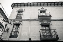 Vista arriba (Frankness2008) Tags: españa blanco canon eos huesca y gente negro aragon tamron balcon jaca callejera