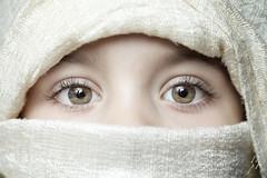 Those eyes (erkua) Tags: green home umbrella canon studio eyes estudio ojos 5d paraguas verdes mkii casero strobist yn622c yn568ex