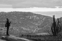 Uma pausa para uma foto. Anadilma fotografando. (Damio Paz) Tags: castelo rio grande do norte serra da tapuia aventura adventure fotografia fotgrafo vida life live amor love photographer iphoneography photography beleza natureza natural game thronnes z dos montes damiaopaz