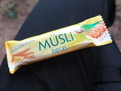 Buttermilch-Zitrone-Msliriegel (bei Rast auf Historischem Hhenweg Teil 2 in Liechtenstein) (multipel_bleiben) Tags: essen picknick unterwegs fertigprodukt msli