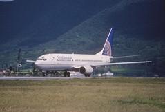 46al - Continental Airlines Boeing 737-800; N18223@SXM;01.02.1999 (Aero Icarus) Tags: avion plane aircraft flugzeug slidescan princessjulianainternationalairport saintmartin frenchwestindies continentalairlines sxm