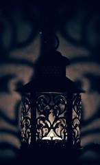 "Wem um 0Uhr einfllt, dass der Monat endet, muss eben ""anmutig symmetrisch""e Laternen anznden. (Manuela Salzinger) Tags: laterne lantern nacht night kerze candle schatten shadow symmetrie symmetry"