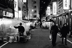 Yurakucho. (Davide Filippini ) Tags: street people blackandwhite bw blancoynegro japan tokyo blackwhite pessoas gente noiretblanc streetphotography nb bn menschen personas persone  sw  japo japon personnes giappone biancoenero yurakucho  japn   blancetnoir    negroyblanco  x100    schwarzweis    davidefilippini tokyostreetphotography schwarzundweis fujifilmx100 fujifilmfinepixx100