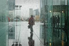 La pluie sur l'Esplanade (Paolo Pizzimenti) Tags: paris film paolo pluie olympus esplanade dxo défense pellicule verrière zuiki