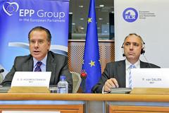 """Οι ευρωβουλευτές κ. Γ. Κουμουτσάκος και κ. P. Van Dalen, συνδιοργανωτές της δημόσιας συζήτησης με θέμα """"Η Απειλή της Πειρατείας: Σύγχρονες Προκλήσεις - Πιθανές Λύσεις"""" (Βρυξέλλες, 12/10/2011)"""