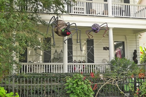 Spot some of the best halloween decorated houses in the houston heights - Deco maison halloween ...