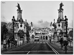 Ciclistas cruzando el Puente María Cristina (Nati C.) Tags: puente calle bn donosti sansebastián ciclistas cruzadas robcarr ltytrx5