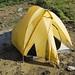 La notte ha diluviato e si è formata una vasca di acqua e fango sotto la tenda