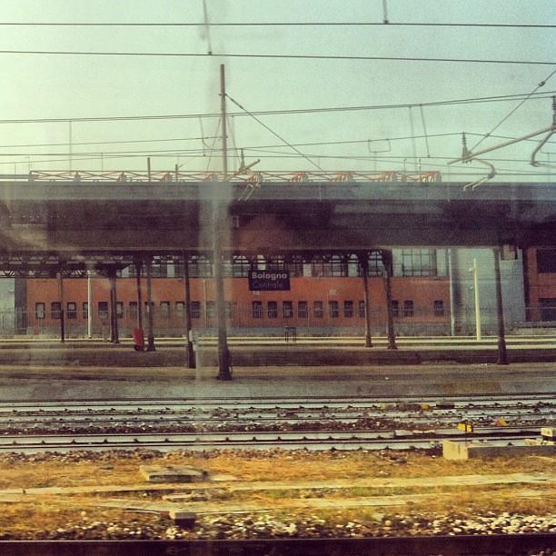 Arrivare, ancora, alla stazione di Bologna.