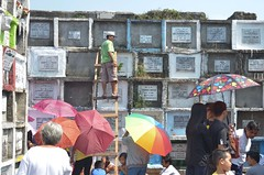 Day of the dead - Undas (Jenn Lie) Tags: cemetery festival umbrella dead philippines tomb manila care undas 2012 navotas taker albafamily