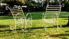 Senza fine .... al di là del tempo ... mano nella mano .... (Deneb56) Tags: sedie giardino solitudine amore manonellamano senzafine aldilàdeltempo tempo verde riposo quiete