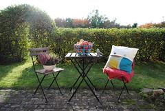 (Lojsibojsan) Tags: light sunset sun green fall ikea home automne pillow patio hedge apples homestyling