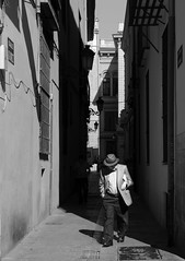 STORIES. The man in hat (matoses) Tags: life street old light shadow white man black art texture textura blancoynegro blanco luz valencia hat dark grey gris blackwhite calle nikon arte y negro grandfather sombra grandpa vida sombrero viejo hombre abuelo oscuro black white d80 blanco negro matoses