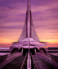Milwaukee Museum of Art Purple Sunrise (Out Of Chicago) Tags: bridge sunrise dawn flying wings closed purple symmetry lakemichigan walkway milwaukee symmetric mam pinksky santiagocalatrava daytrip brisesoleil chrissmith milwaukeemuseumofart pinktint 5dmarkii outofchicago