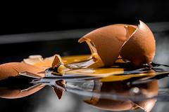 Handle with care .... uups ... to late ! (HMM) (ralfkai41) Tags: broken handlewithcare macromondays hmm makro macro ei egg zerbrochen zerbrechlich fragile spiegelung mirroring