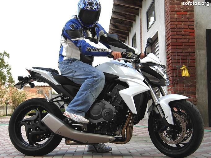 Sentado na Honda CB 1000 R