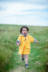 Day 917 (Hien Photography) Tags: child run smile grass saintpabu bretagne france fr