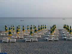 File ordinate. (sangiopanza2000) Tags: spiaggia beach mare sea sangiopanza ombrelloni lettini barche orizzonte