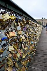 Promesse d'amore (RobbiSaet) Tags: paris france love seine nikon francia amore senna parigi pontdesarts lucchetti d80 robbisaet robertasaettone