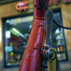 Made in Eibar (Walimai.photo) Tags: red bike bicycle metal shop square lumix rojo panasonic tienda cambio bici salamanca patente triplex eibar cuadrado maneta lx5