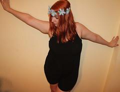 IMG_2560 (Inspiracin dormida) Tags: girl redhair orange hair book pelirroja pelinaranja libro flores black