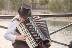 Acordeonista en el Pont des Arts, Paris-2 (marysaesteban) Tags: 2016 francia pars sena acorden agosto fleuve music musicien msica msico river ro