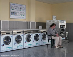 Hypnotized (Maurits van den Toorn) Tags: woman was femme clean sauber frau washingmachine laundromat dsseldorf washing vrouw wsche lavage laundrette wasmachine wassen schoon wscherei wasserette laaundry