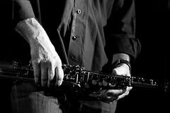 """della serie """"LE MANI NEL JAZZ"""" ... 7 / 15 (Maria Grazia Marrulli) Tags: italia puglia taranto faggiano sancrispieri eventi joniojazzfestival12 musica jazz jefflorberfusionband ericmarienthal estate strumentimusicali sax persone uomo man homme musicista mani notturno biancoenero circolofotograficomicromosso travel viaggio"""