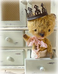 Greetings from the king of toyland (DollyBeMine) Tags: bear moon cute animal toy stuffed doll king artist sweet designer ooak thenetherlands plush mohair teddybear plushie crown etsy anthropomorphic primitive jointed shabbychic viviannegalli hugmeagain