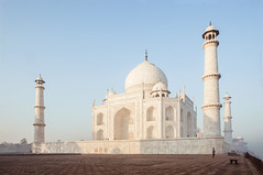 Taj Mahal (Tommaso Petruzzi) Tags: india marmo agra death love tomba architecture mosque moschea islam asia white morning bianco rosso red nikon nikkor travel viaggio beauty history unesco wonder world minareto muslim