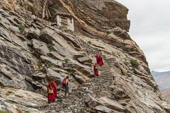 Moines venant prier dans l'ermitage de Naropa (Dolkar-photographe...) Tags: inde bouddhisme karsha paldar paysage trek zanskar t2016