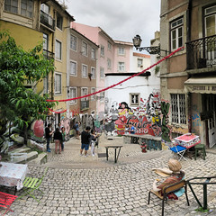 Lisbonne - rua dos Cordoeiros - 4-6-2016 - 12h40 (Panoramas) Tags: lisbonne lisbon lisboa rua dos cordoeiros place square pavs pave calada calamento pavement cobble cobbles stones carr format perspective ptassembler multiblend caf buildings immeubles portugal fresque fresco graffiti mural wall painting peinture ascensor da bica fv10