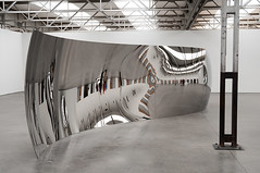 Anish Kapoor - S-Curve, 2006 (de_buurman) Tags: sculpture art netherlands kunst nederland sculptuur exhibit exhibition nikkor tilburg anishkapoor depont tentoonstelling 18200mmf3556gvr allrightsreserved nikond300 debuurman edjansen