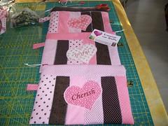 Necessairie (Nena Matos) Tags: friends rosa patchwork joyful cuore tecidos stoffa cherish coraçao borsetta aplicaçao borsinha ecessairie