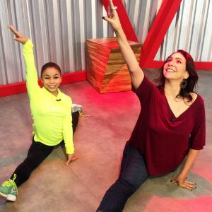Apresentadora da Globo se contorciona ao lado de ginasta Flávia Saraiva