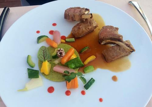 """Poitrine de cochon confite """"36 heures"""", caramélisée, légumes de Mr. Chapuis cuisinés dans un esprit provençal, jus au romarin"""
