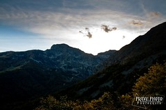 Tramonto sulla Strada alla Galleria di Rosazza (andrea.prave) Tags: italien autumn light sunset red sky sun mountain tree berg yellow fog foglie jaune montagne automne rouge rojo rboles italia ray tunnel amarillo arbres giallo panoramica otoo  sole  montaa nebbia biella autunno rosso  montagna italie galleria gul hst trd   santuario   rd   foschia zegna oropa bielmonte            tramondo rosazza