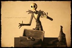 Halloween 2012 (1/3) (Ana López Heredia) Tags: macro halloween canon eos hands jackskellington tamron juguetes timburton nightmarebeforechristmas juguete pesadillaantesdenavidad 600d jackskeleton miedos strobist analópezheredia canoneos600d tamron18270mmf3563diiivcpzd halloween2012