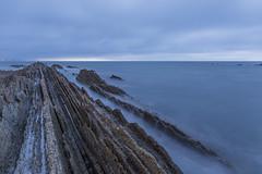 Empieza la hora azul en Zumaia (Miguel Angel O.F) Tags: canon eos mar exterior playa canoneos vasco euskadi pasvasco zumaia cantabrico pas flysch canon6d ef2470f4lusm