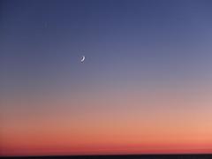 DSCF0385b (Micano2008) Tags: galicia oya vacaciones pontevedra atardecer cielo nubes mar oceanoatlantico barcas luna crepusculo