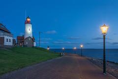 Blauwe uur bij de vuurtoren in Urk (Flevoland) (jazzmatezz) Tags: thenetherlands flevoland holland landschap lighthouse longexposure nederland seascape urk vuurtoren zeelandschap dsc1865 streetlights lantaarnpaal blauwe uur bluehour hdr high dynamic range
