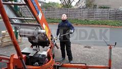 Dakdekker: Dakdekker Rudy bezig met de bediening van de ladderkraan. Met deze ladderkraan transporteren wij van Primodak Dakdekkers al onze dak producten en gereedschappen naar onze werkplek op het dak